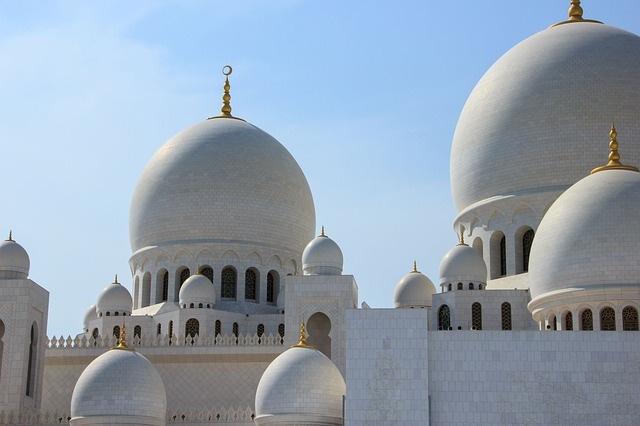 Masjid mein duniya ki baatein karna